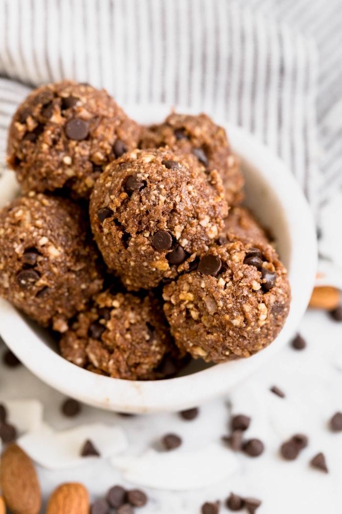 snacks für unterwegs, häppchen mit nüssen, kakao und schokoladdenchips, energy bällchen