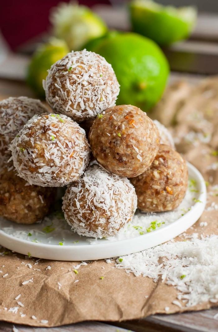 snacks für unterwegs, gesunde energy bites mit limetten und kokos, proteinreiche rezepte