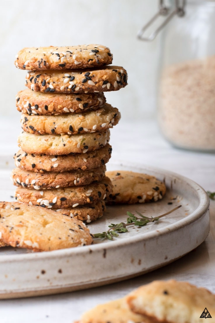 snacks für unterwegs, gesunde kekse mit samen, kekse mit sesamsamen, partyessen gesund