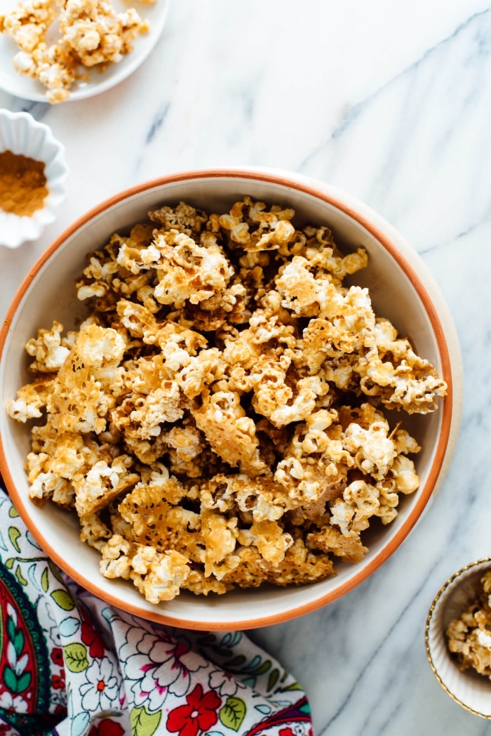 snacks für unterwegs, popcorn mit gewürz, schnelles partyessen, puffmais mit zimt