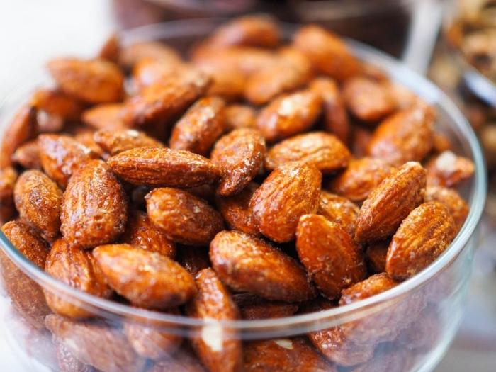 partyessen ideen, snacks rezepte einfach, mandeln mit gewürz und honig, einfache zubereitung
