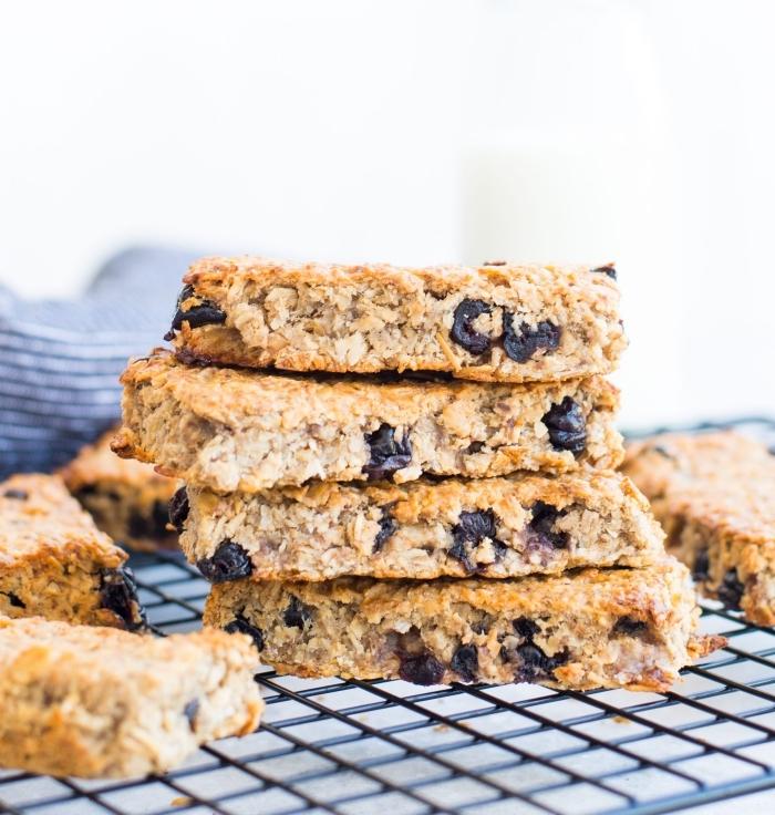 snacks rezepte einfach und schnell, gesunde riegel mit getrockneten früchten, proteinriegel mit blaubeeren