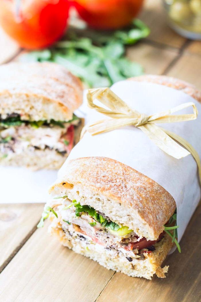 snacks rezepte, danwiches mit schinken, grünem salat, tomaten, käse und anderen zutaten