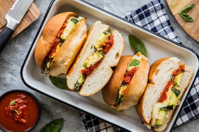 picknick essen einfach, ssandwiches mit köse, tomatensoße und gemüse, snacks rezepte