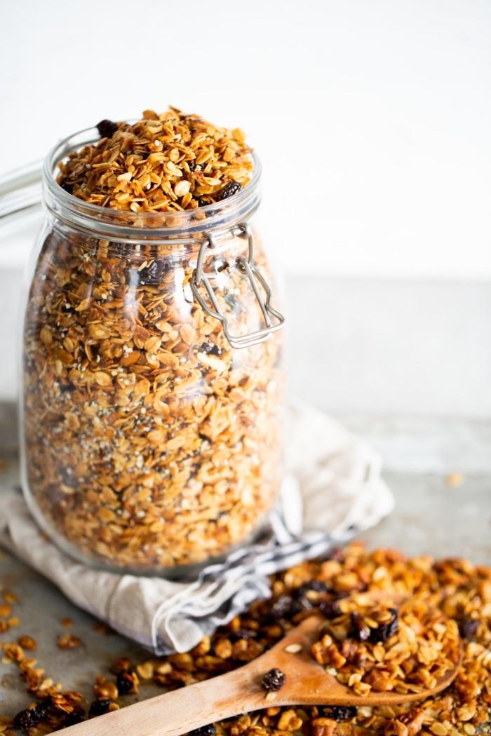 snacks rezepte, essen für unterwegs, haferflocken mit getrockneten früchten und datteln