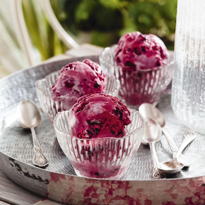 Softeis selber machen, hausgemachtes Eis mit Beeren in Glas Schüsseln, leckerer Sommer Nachtisch