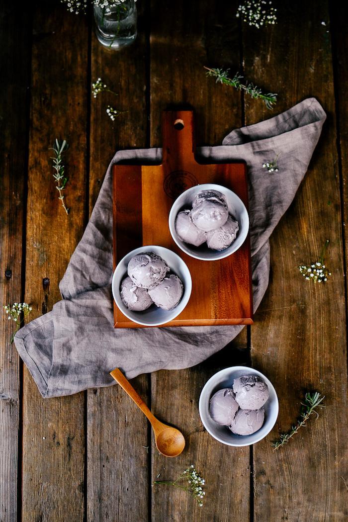 Lavendel Eis selber machen, schnelle und einfache Sommer Rezepte, drei Kugeln lila Eis in weißer Schüssel