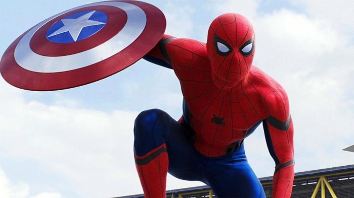 Spiderman und das Schild von Captain Amerika, auf dem Hintergrund von blauen Himmel