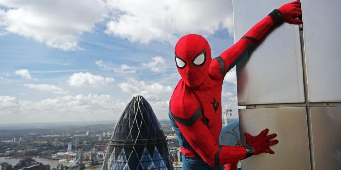 Spidermen hält sich zu einer Wand und sieht in der Ferne, vielleicht neue Karriere ohne Marvel