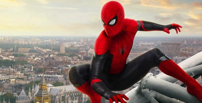 Spiderman, auf einem hohen Gebäude mit seinem Kostüm, das seine Identität versteckt