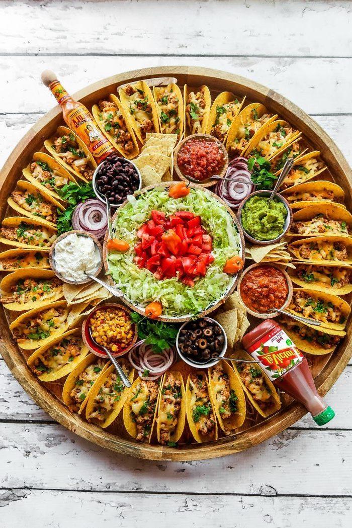 Mini Tacos mit Salat und verschiedenen Soßen, leckeres Fingerfood für Party zum Vorbereiten