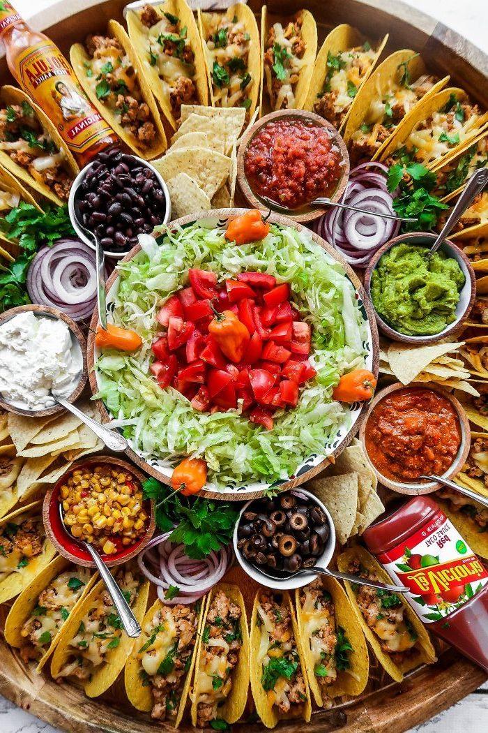 Tacos mit Salat und Soßen, leckeres Partyfood für Party, Party Essen selber machen