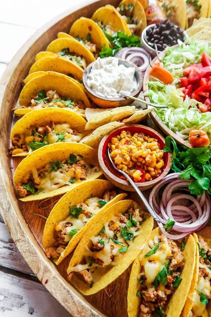 Tacos mit Hühnerfleisch, geschmolzenem Käse und klein gehackter Petersilie
