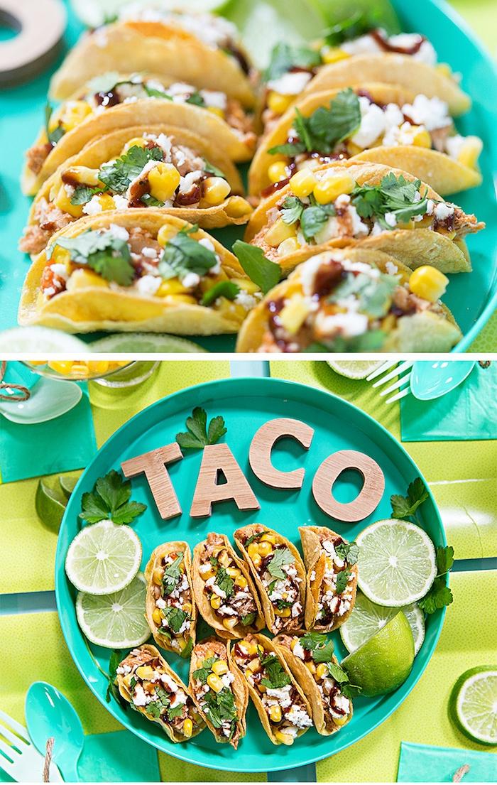 Mini Tacos mit Hühnerfleisch, Mais und Käse, mit Limettensaft garnieren, Fingerfood für Party