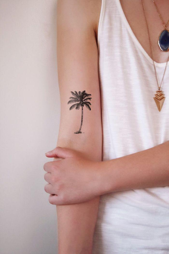 Palme Tätowierung am Oberarm, cooles Tattoo für Sommer Stimmung das ganze Jahr über, weißes Top, lange goldene Ketten
