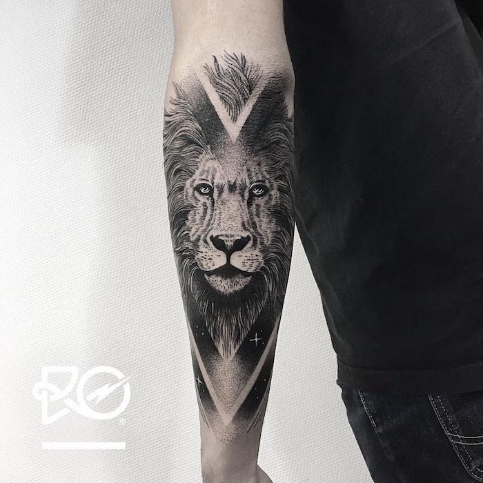 Löwen Tattoo am Unterarm, große Tätowierung am ganzen Unterarm, Ideen für Männer Tattoos