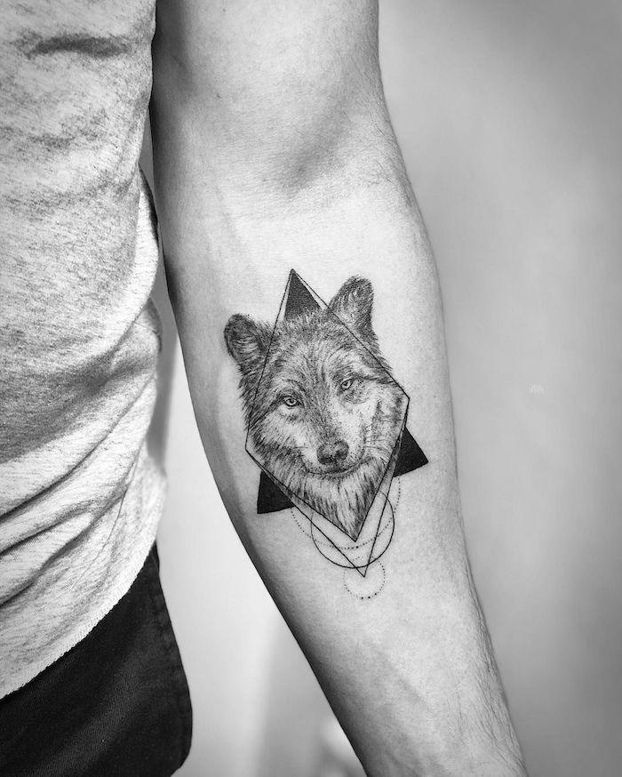 Geometrisches Wolf Tattoo, Wolf Kopf in Viereck, Unterarm Tattoos für Männer