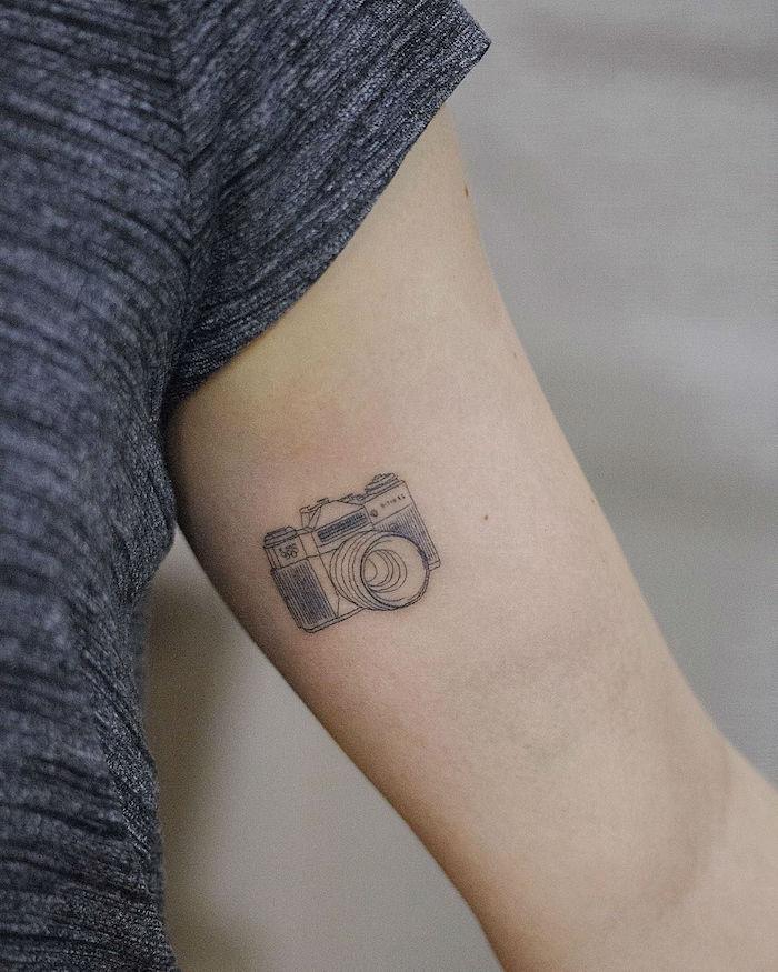 Kamera Tattoo am Oberarm, Frauen Tattoo Idee, kleine Tattoos, Tattoo für Fotografen