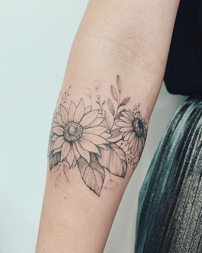 Schönes Blumen Tattoo am Unterarm, zwei große Blüten, zarte feminine Tattoo Motive