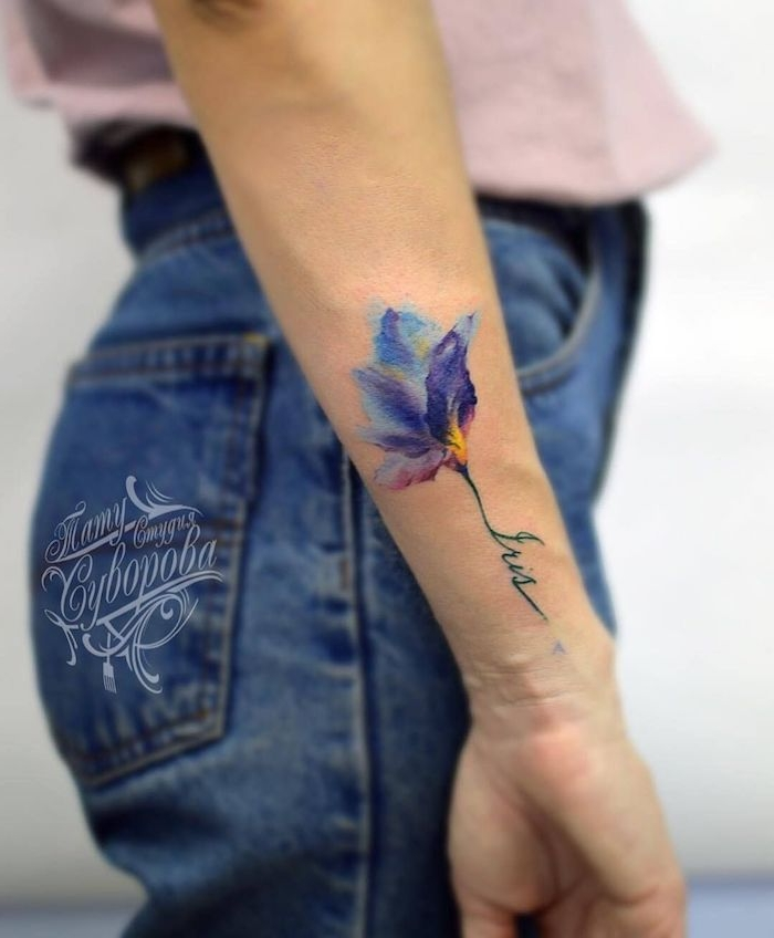 Watercolor Schwertlilie Tattoo am Unterarm, Blumen Tattoo in Blau Nuancen, weibliche Tattoo Motive