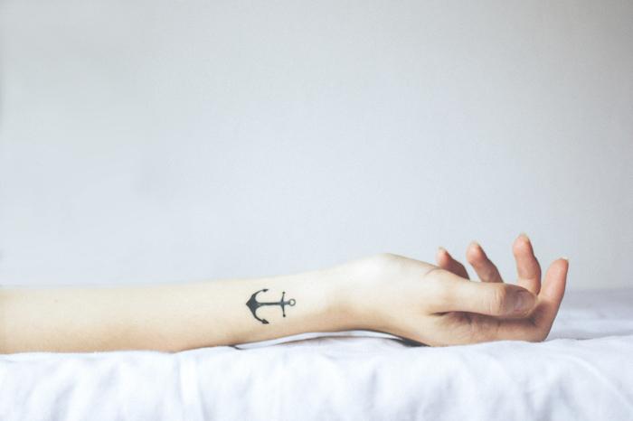 Anker Tattoo am Unterarm, eines des populärsten Tattoo Motive, Mini Tattoo mit Bedeutung