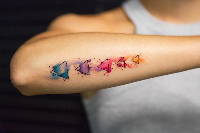 Watercolor Tattoo am Unterarm, fünf Dreiecke voll mit Farbe, Watercolor Tattoos Ideen