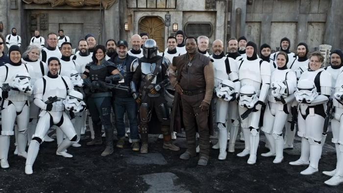 das Team von Mandalorian, weiße Ausrüstungen und schwarze Uniformen