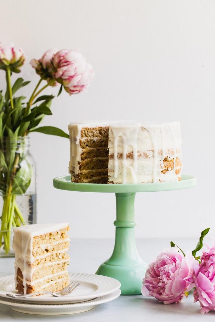 nachtisch zu weihnachten, torte 20 cm backen, naked kuchen dekoriert mit zuckerglasur, dripping cake
