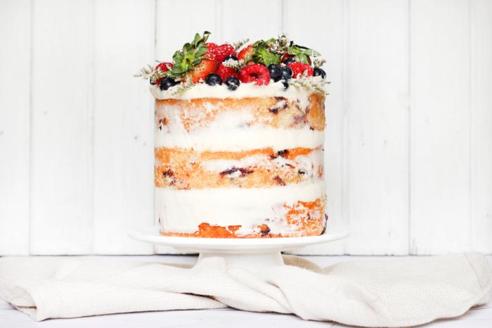 torte 20 cm, cake mit frücten, naked kuchen mit mascarpone, blaubeeren, himbeeren und erdbeeren