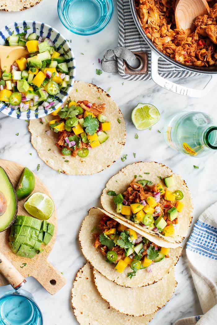 Tortilla Wraps mit Füllung aus Avocado, gelber und blauer Paprika und Rindfleisch