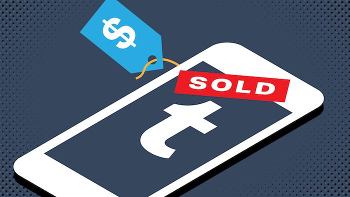 großes weißes smartphone mit einem blauen bildschirm und dem logo von dem sozialen netzwerk tumblr