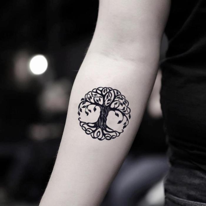 Baum des Lebens Tattoo am Unterarm, coole Ideen für Tattoos mit Bedeutung zum Entlehnen