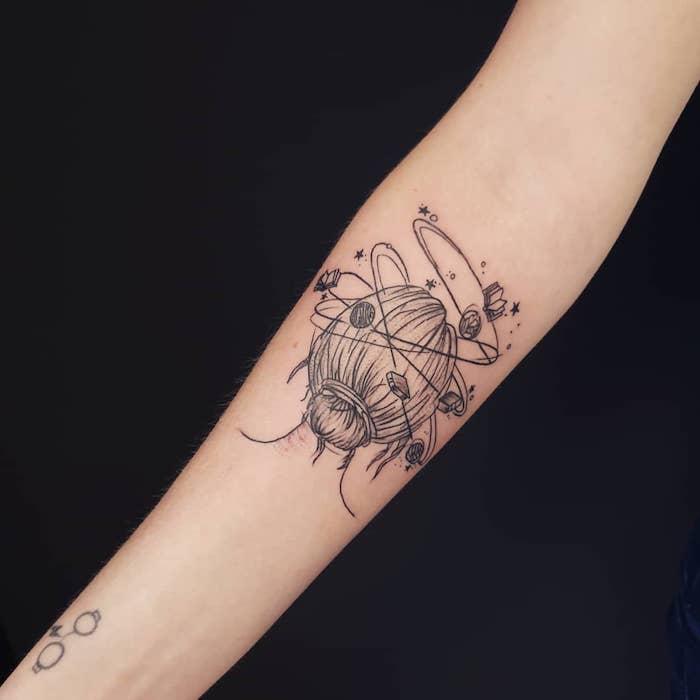 Cooles Tattoo am Unterarm, Frauenkopf mit Büchern und Planeten, Harry Potter Brille