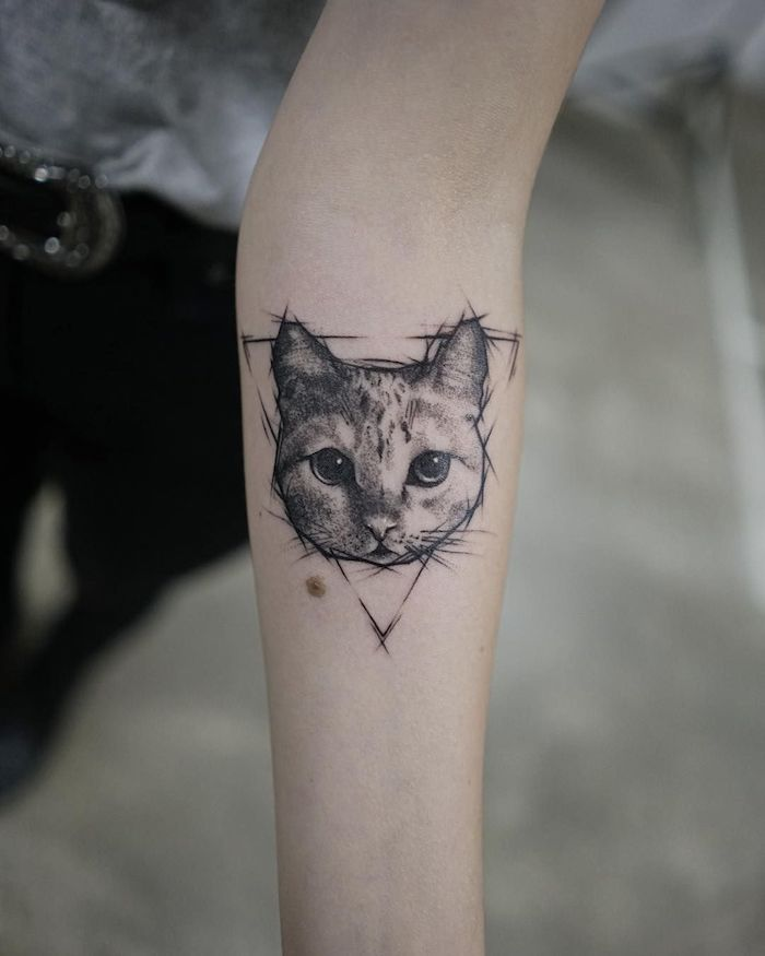 Niedliches Katzen Tattoo am Unterarm, Katzengesicht in Dreieck, Ideen für süße Tattoos