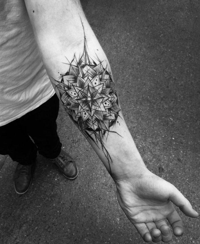 Mandala Tattoo am Unterarm, Männer Tattoos Motive, Inspiration für nächstes Tattoo
