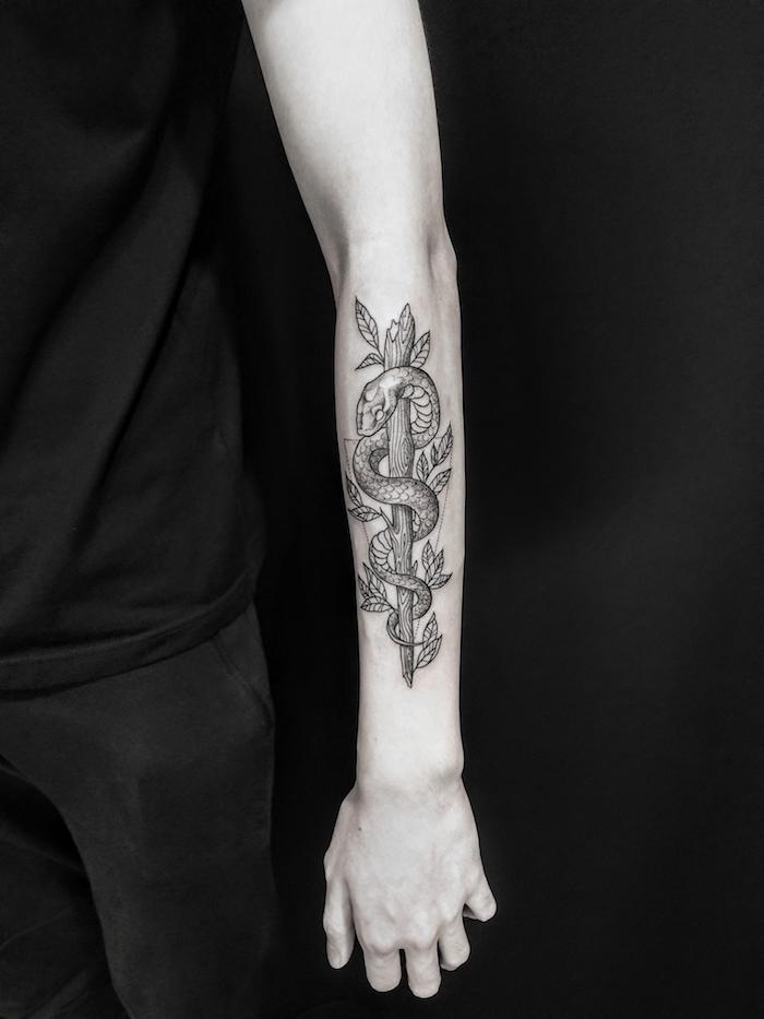 Tattoo am Unterarm, Schlange gewickelt um Baum, schwarzes Outfit, Männer Tattoos Inspiration