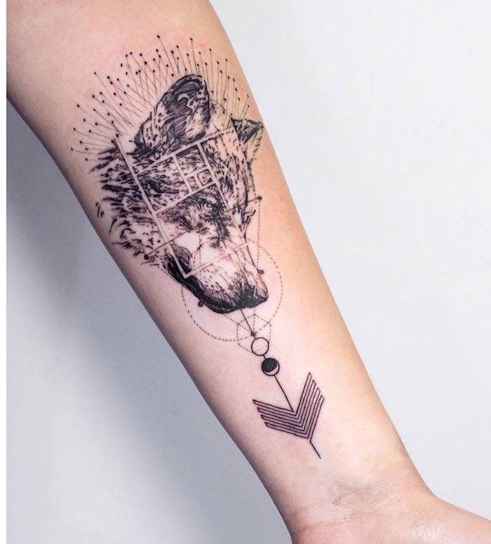 Geometrisches Wolf Tattoo am Unterarm, Ideen für Tattoos mit Bedeutung zum Entlehnen