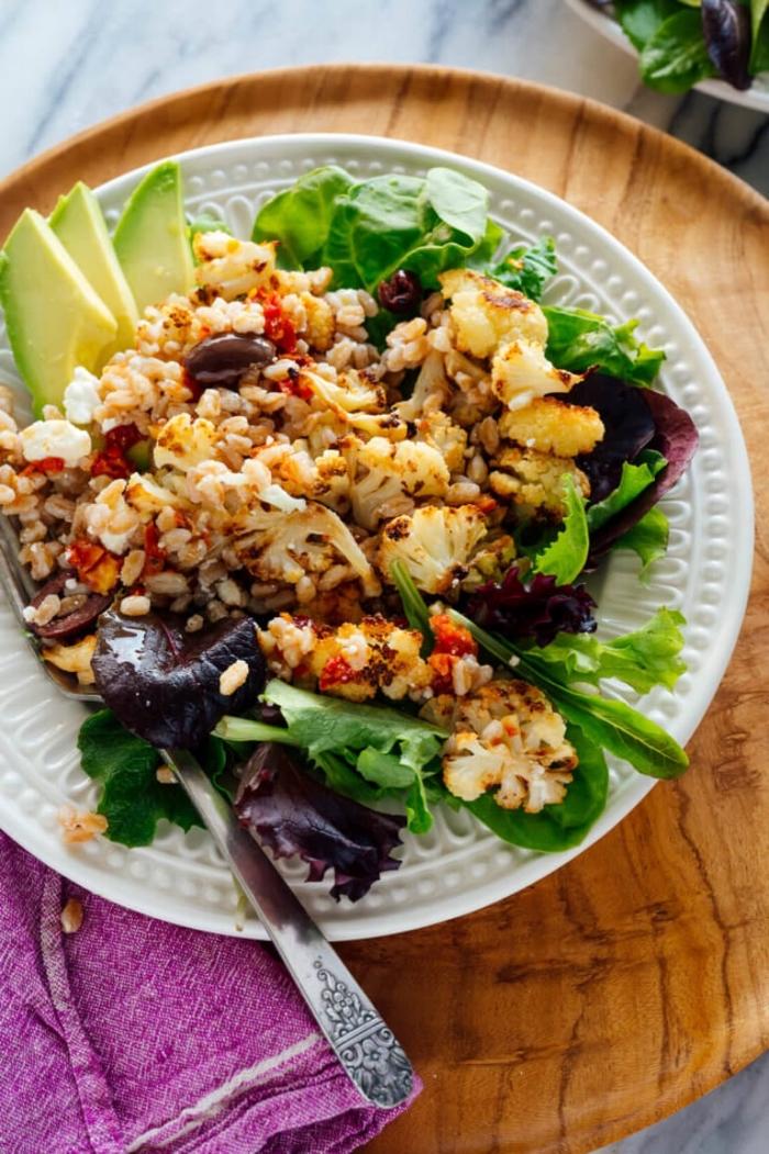 vegetarische gerichte für gäste, blumenkohl mit bohnen, nüssen und avocado, essen ohne fleisch