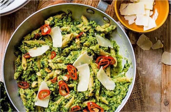 vegetarische gerichte für gäste, pasta mit pesto soße, käse und rotem paprika, einfache rezepte