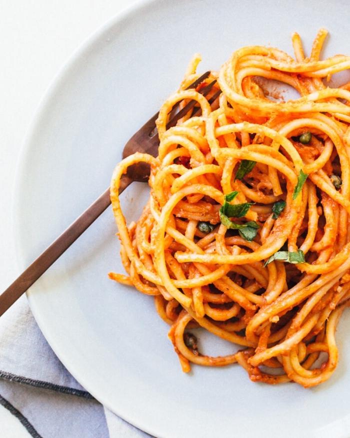 vegetarische gerichte für gäste, spagetti mit tomatensoße und basilikum, essen ohne fleisch
