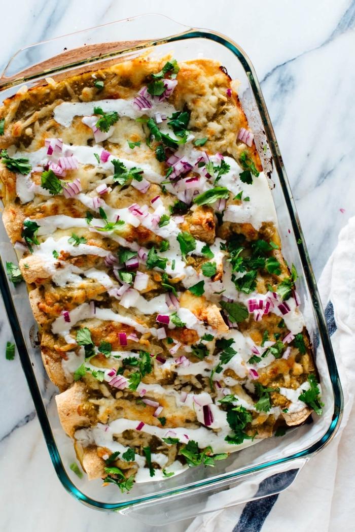 vegetarische gerichte schnell, kasserolle selber machen, enchilladas mit gemüse und weißer soße