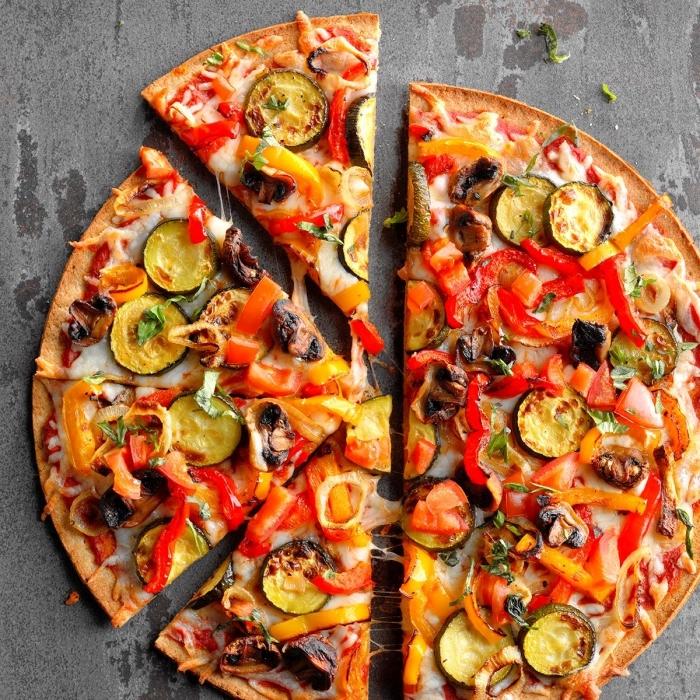 vegetarische gerichte schnell, pizza mit gemüse, gemüsepizza mit zucchini, paprikas, und pilzen
