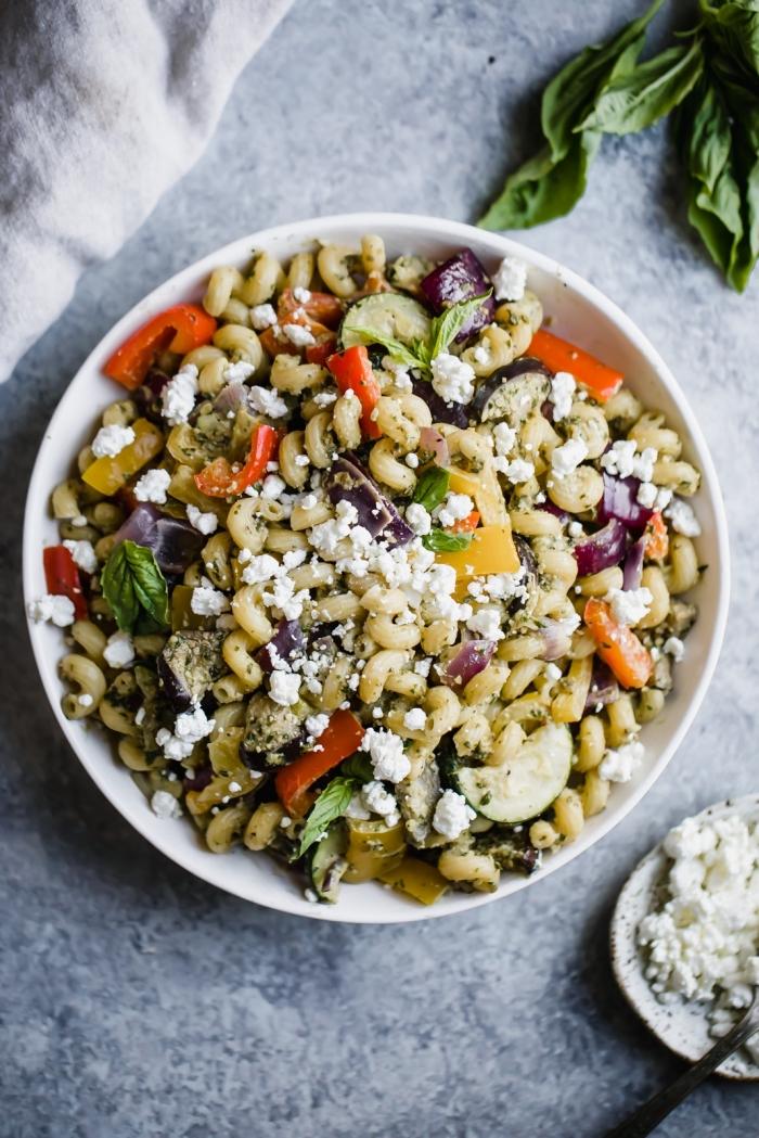 vegetarische gerichte schnell und einfach, gesunder salat mit bohnen und gemüse garniert mit ziegenkäse