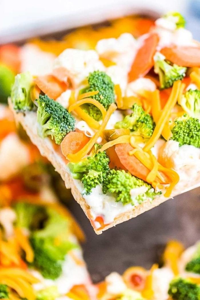 gemüsepizza selebr machen, vegetarische gerichte schnell, pizza mit karotten, brokkoli, cheddar und frischkäse