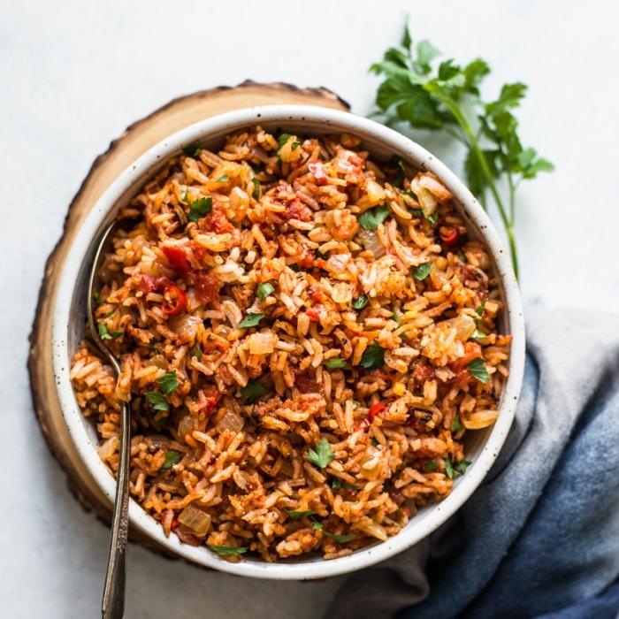 vegetarische rezepte schnell, reis mit tomaten und paprikas, abendessen einfach