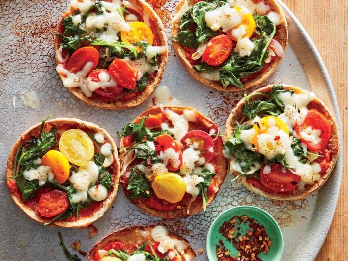 vegetarische rezepte schnell, mini pizzas mit cherry tomaten krüutern und käse, picknick essen