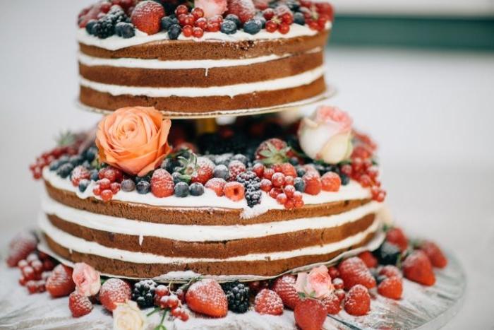 klassische linzer torte, schöne tortenidee für hochzeitstorte, beeren, erdbeeren, himbeeren, rosen, deko