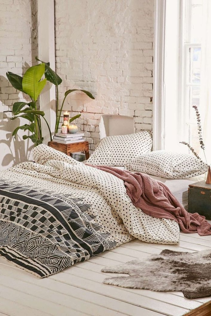 schlafzimmer design, schöne zimmergestaltung mit einem großen bett und zwei kissen, punkte print der bettwäsche
