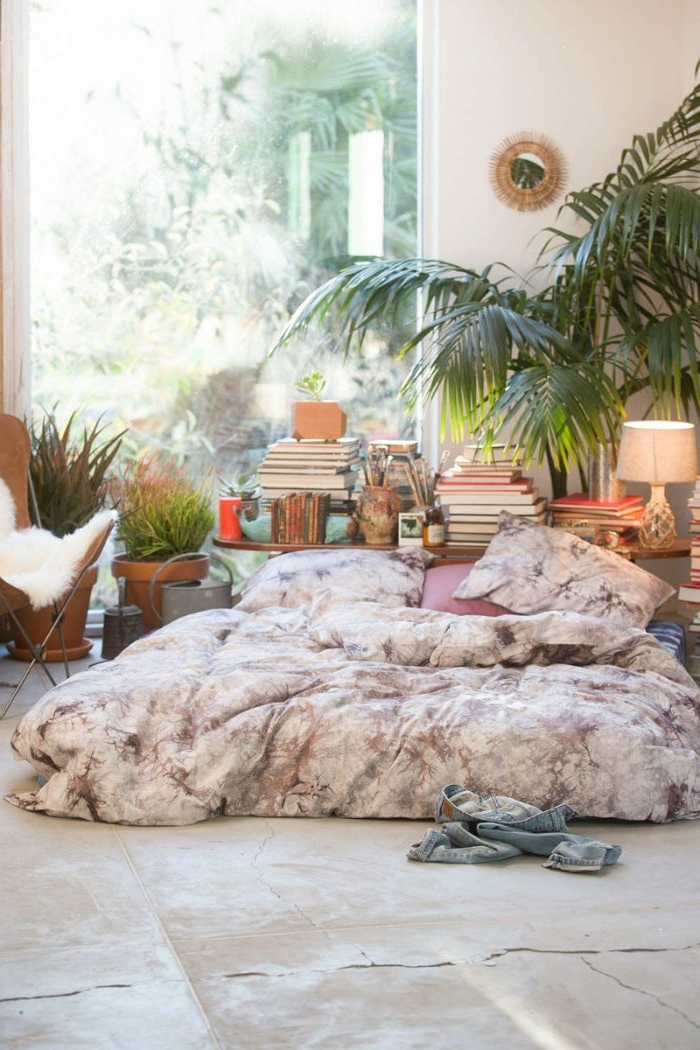 schlafzimmer design, zimmerpflanze palme, boho stil zimmer, bett direkt auf dem boden