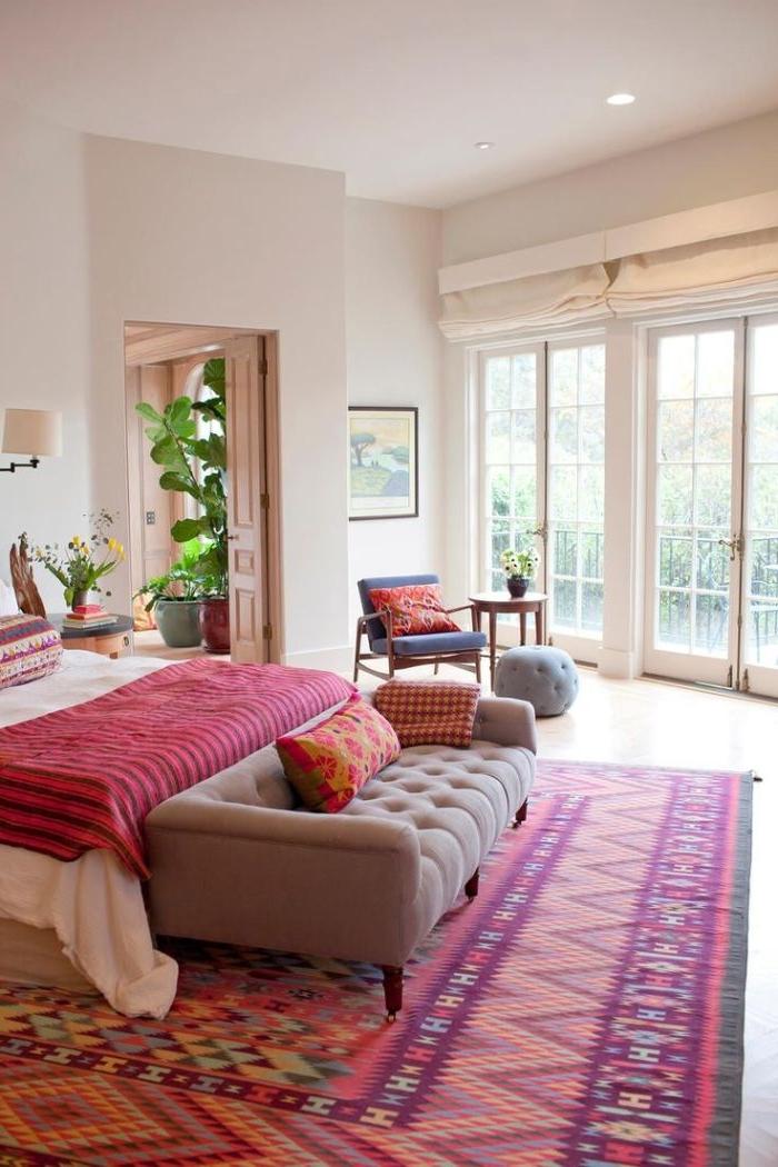 schlafzimmer design, rosarot bunte prints, teppich design idee, zimmerpflanze